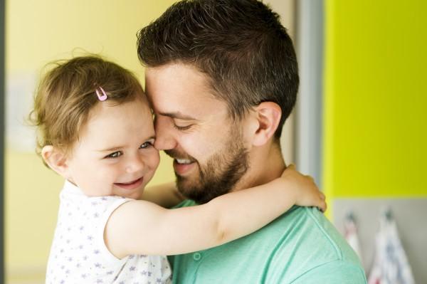 Папа лишает свою дочку